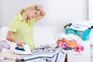 mujer planchando, ropa, ropa amontonada, mueble, camisa verde