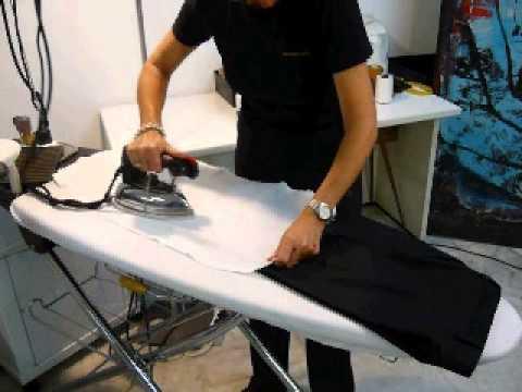 hombre, planchando, planchando ropa, mesa, tabla de planchar