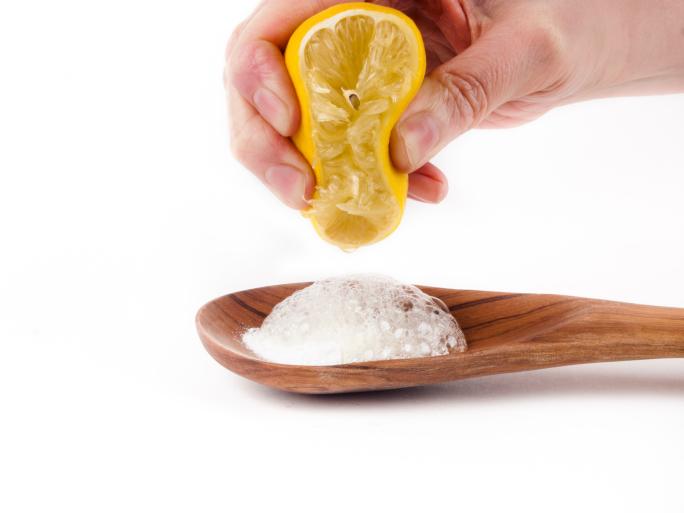 manos, limon, bicarbonato, cuchara de madera
