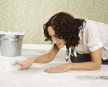 mujer, lavando piso, cubeta, cepillo de piso
